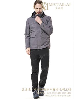 灰色冲锋衣